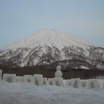 雪だるまと羊蹄山