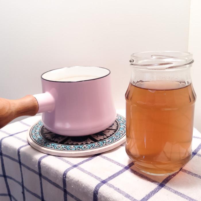 牛蒡子茶を入れ物に移します