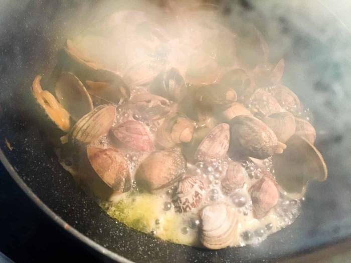 アサリの酒蒸し料理中
