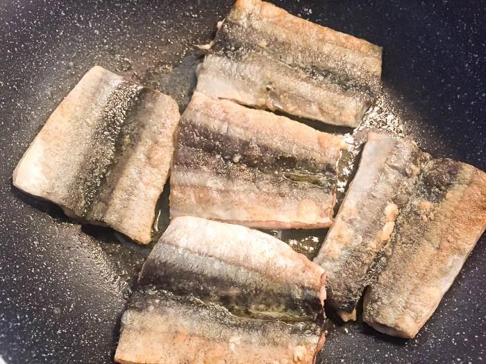 秋刀魚をフライパンで焼きます