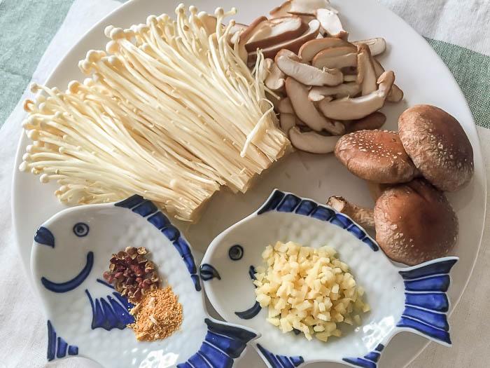 あんの材料を用意する しめじ 椎茸 生姜 陳皮 花椒(ホァジョー)