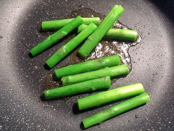 茹でたアスパラガスを軽く炒める
