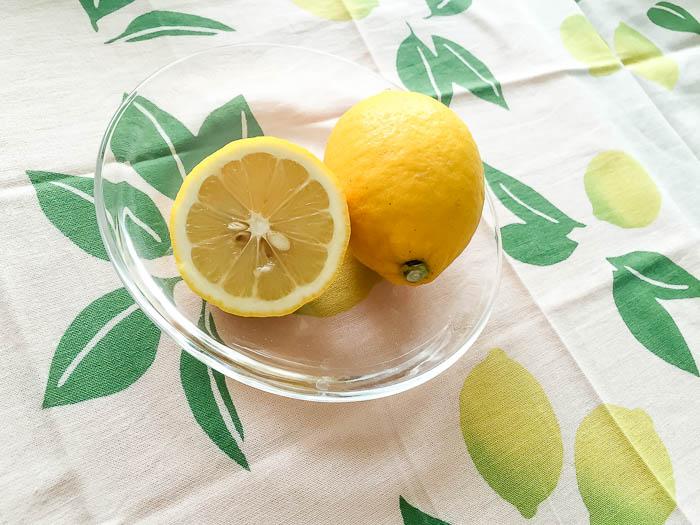 ガラスのお皿にのせたレモン