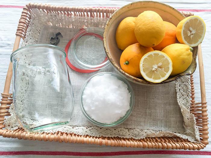 塩レモンの材料。塩、レモン、密閉ビン