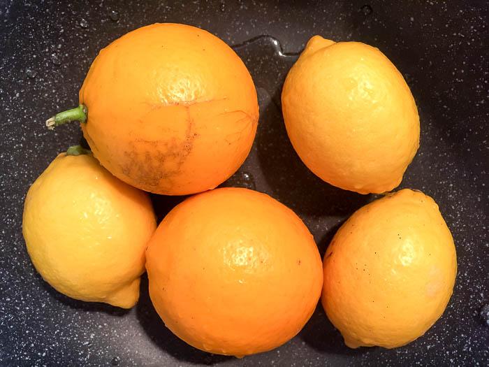 レモンは中性洗剤でシッカリ洗います