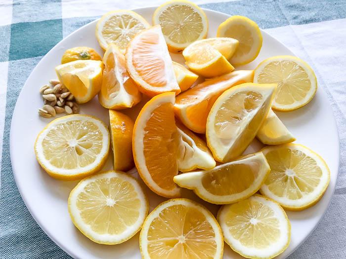 レモンをカットします
