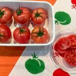 ガラスのお皿にのせたスライストマトと野田琺瑯レクタングルに入れた丸ごとトマト